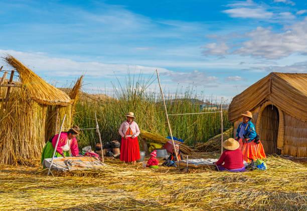 ペルーの浮島のウロス人 - タキーレ島 ストックフォトと画像