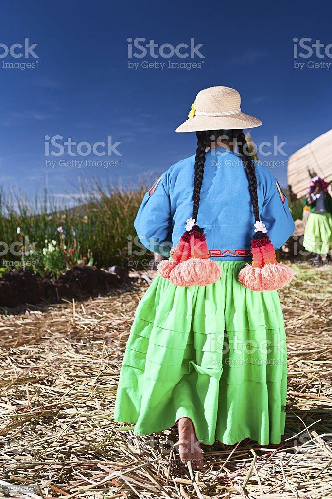 Uros mulher na ilha flutuante - foto de acervo