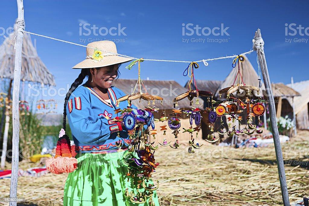 Uros mulher que vende souvenirs na ilha flutuante - foto de acervo