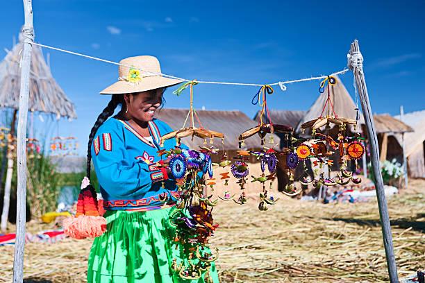 ウル文化の女性に浮かぶ島のお土産を販売する - プノ ストックフォトと画像
