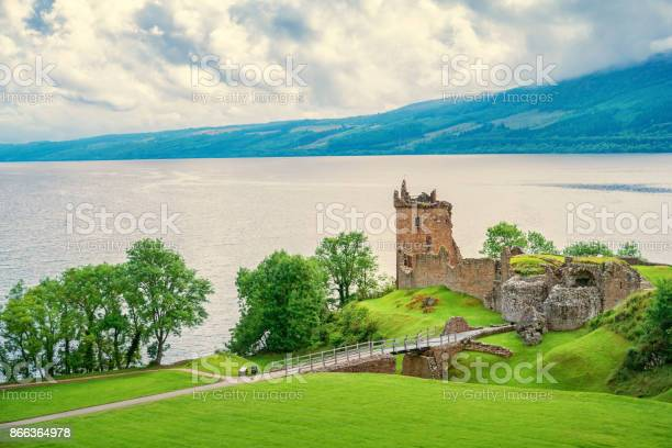 Urquhart castle on the shores of loch ness in scotland picture id866364978?b=1&k=6&m=866364978&s=612x612&h=f1mqmzd3oucizyjppxv0two0htmlrc5hnfynziexupg=