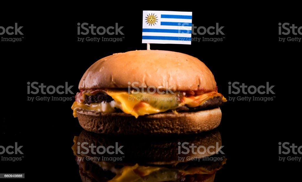 Bandera de uruguayos en la parte superior aislada sobre fondo negro de la hamburguesa - foto de stock