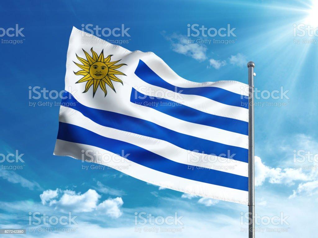 Bandera de Uruguay ondeando en el cielo azul - foto de stock