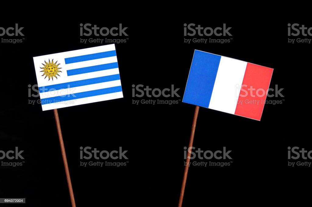 Bandera de Uruguay con el francés bandera aisladas sobre fondo negro - foto de stock