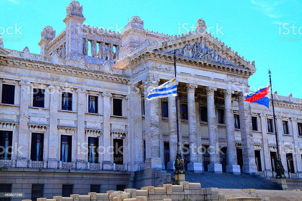 Uruguayo legislativo Palace clásico Parlamento y banderas, Montevideo, Uruguay - foto de stock
