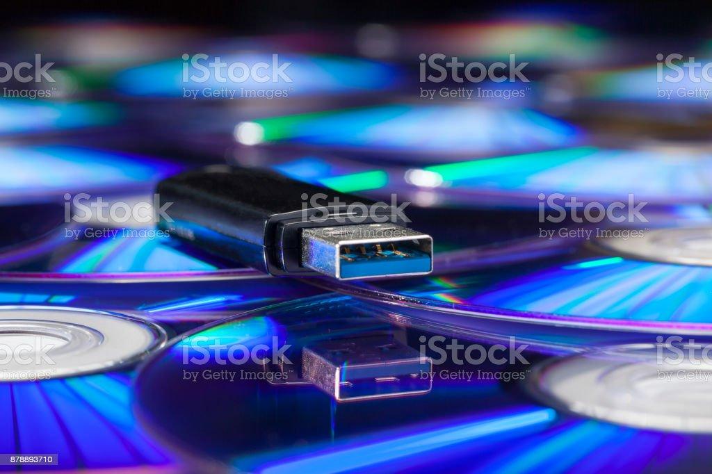USB-stick op een stapel cd 's foto