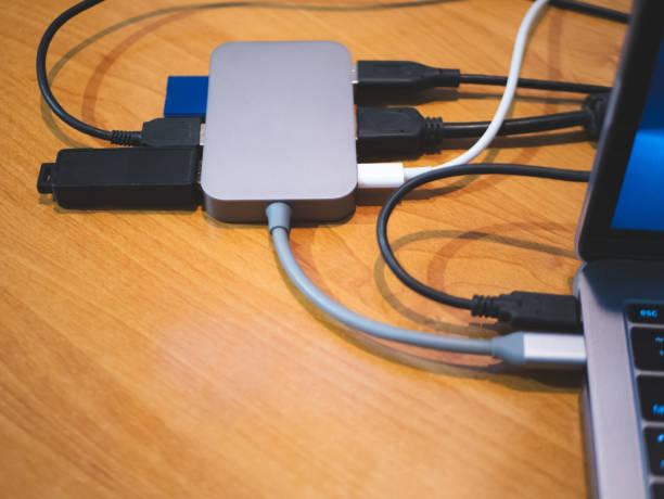 usb-typ-c-hub mit laptop verbunden mit vielen kabeln für peripherie-computer-gerät-geräte-geräte-geräte - adapter stock-fotos und bilder