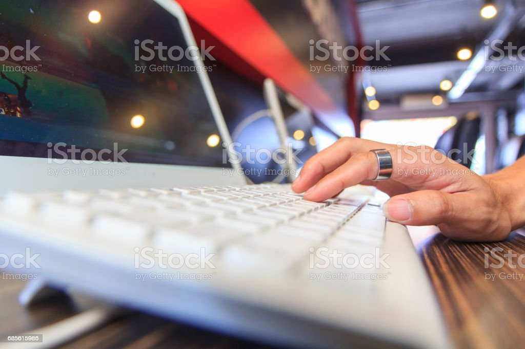 use computer in net cafe foto de stock royalty-free