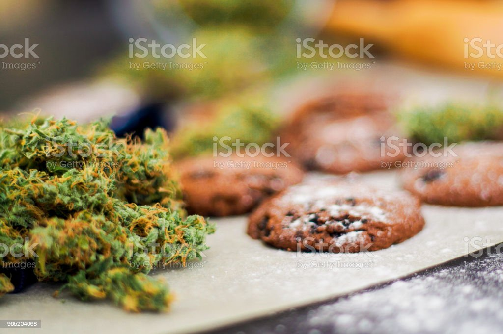 CBD use Cookies with cannabis and buds of marijuana on the table. Concep zbiór zdjęć royalty-free