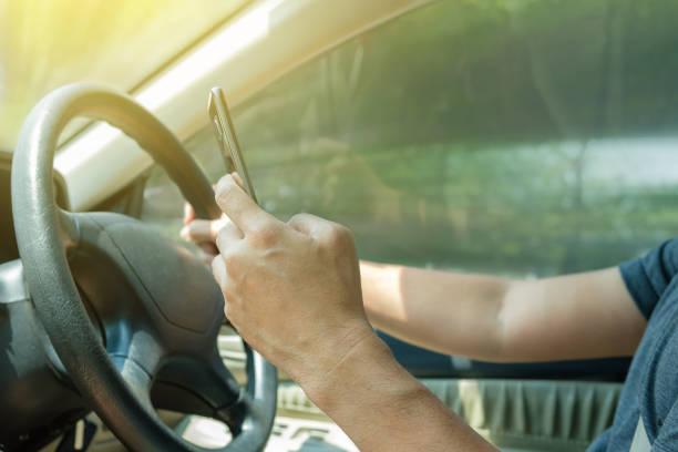 nutzen sie telefon, beim autofahren. - steuerungstechnik stock-fotos und bilder