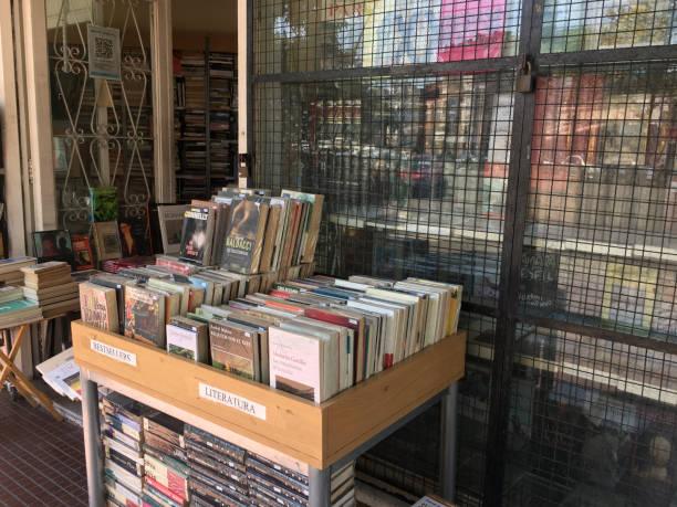 gebrauchte bücher zum verkauf - maschendrahtzaun preis stock-fotos und bilder