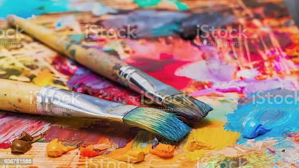 Verwendet Werden Die Künstler Pinsel Auf Der Palette Bunte Ölfarbe Stockfoto und mehr Bilder von Abstrakt