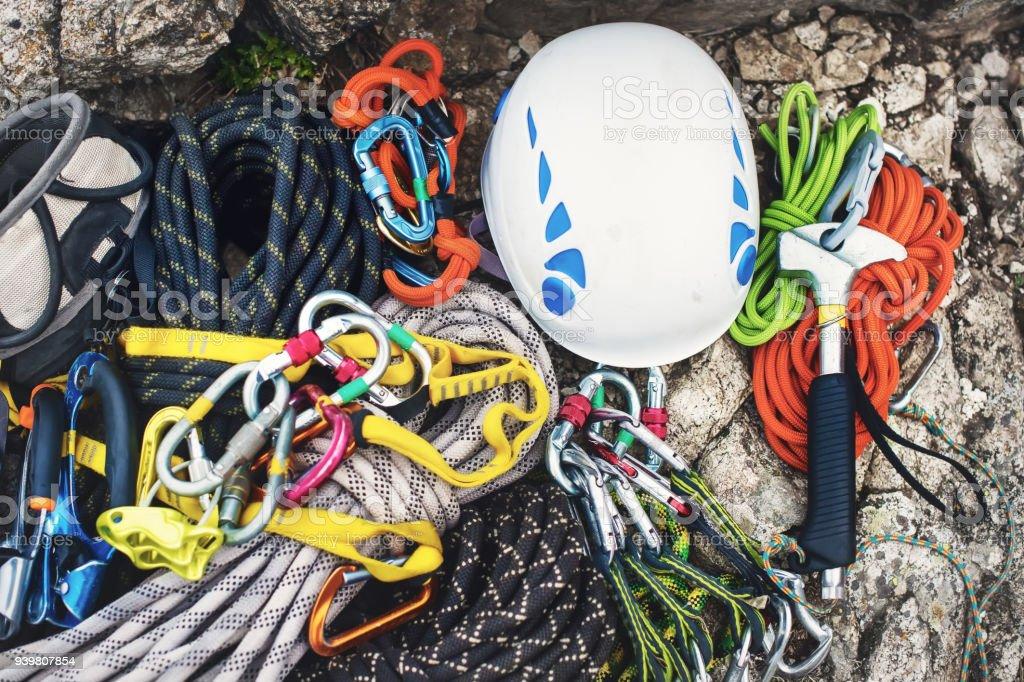 Kletterausrüstung - Karabiner ohne Kratzer, Hammer, weißen Helm Klettern und graue, rote, grüne und schwarze Seil verwendet - Lizenzfrei Abschließen Stock-Foto