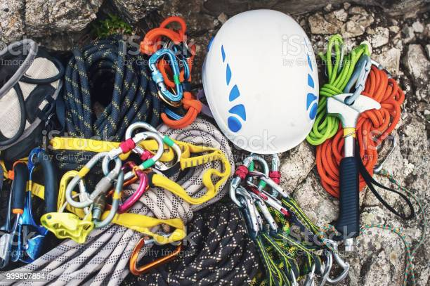 Kletterausrüstung Karabiner Ohne Kratzer Hammer Weißen Helm Klettern Und Graue Rote Grüne Und Schwarze Seil Verwendet Stockfoto und mehr Bilder von Abschließen