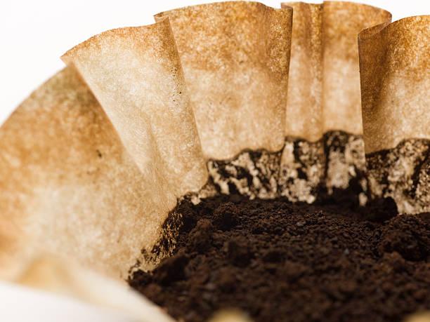 coffee filter verwendet - kaffeepulver stock-fotos und bilder