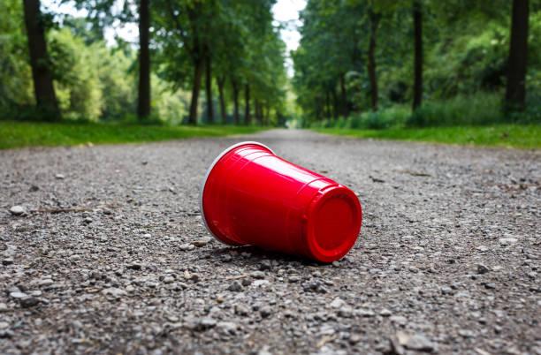 Kaffee-Haferl verwendet am Waldweg als Symbol für Verschmutzung. – Foto