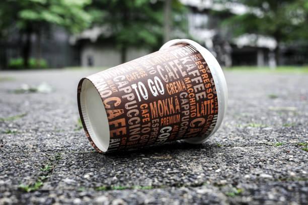 Kaffee-Haferl verwendet am Bürgersteig als Symbol für Verschmutzung. – Foto