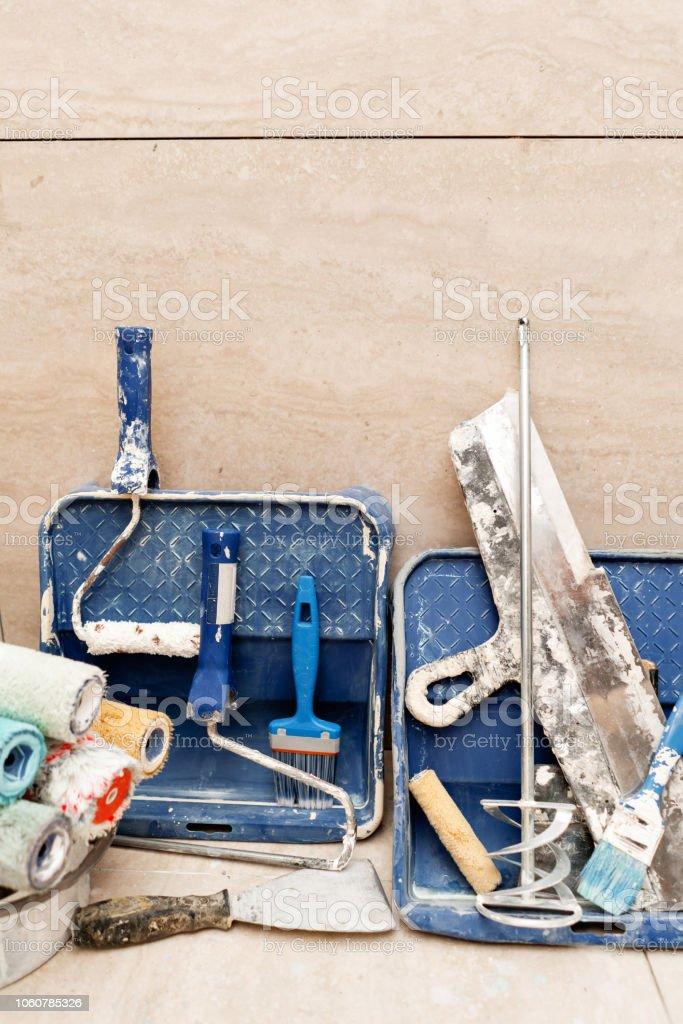 Utilizan diferentes herramientas. Accesorios sucios con muchos pincel, rodillo, bandeja. concepto de la reparación en la casa - foto de stock