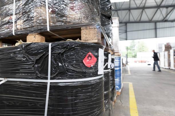 Gebrauchte brennbare Flüssigkeitslagerbehälter im Lager – Foto