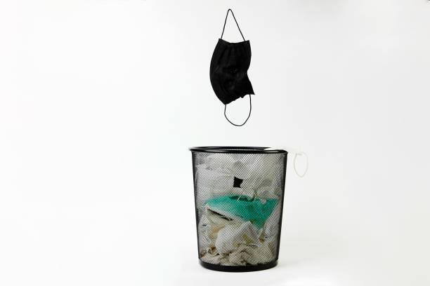 在垃圾箱中用過的醫用口罩。隔離結束圖像檔