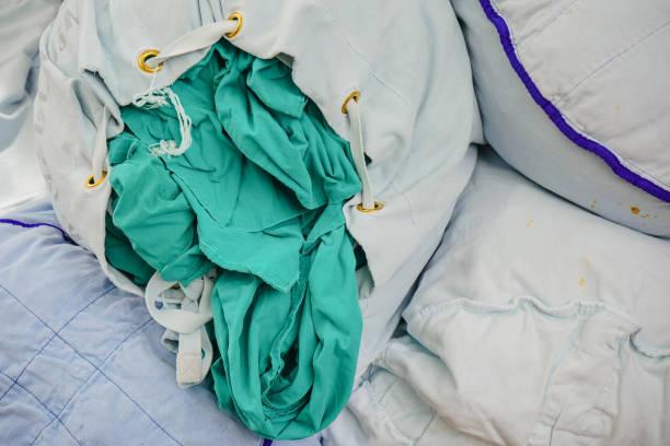 Tecido de paciente usado no hospital. - foto de acervo