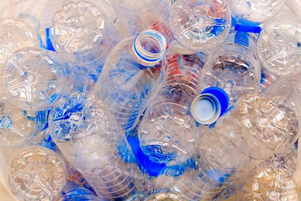 Utiliza botellas de plástico para reciclar. - foto de stock