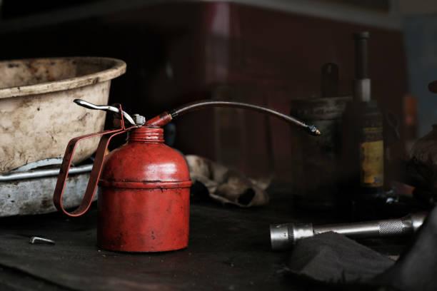 Utiliza aceite rojo en garaje - foto de stock