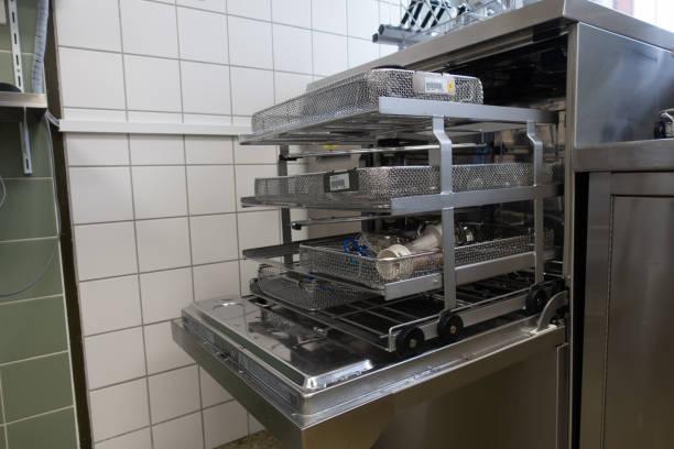 Gebrauchte chirurgische Instrumente befinden sich in einer Waschmaschine – Foto