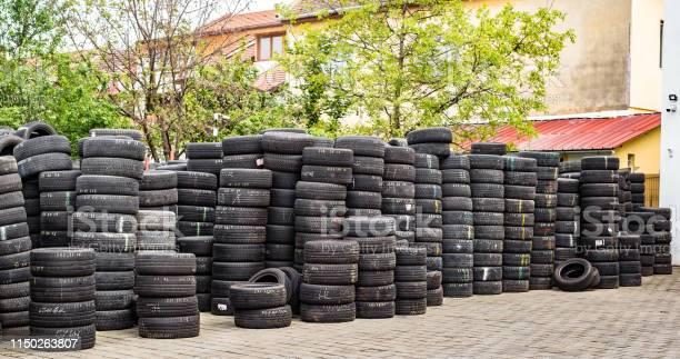 Pilas De Neumáticos Usados En El Patio De Vulcanización Del Taller Foto de stock y más banco de imágenes de Abandonado