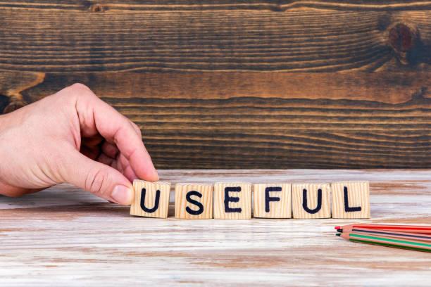 nuttig. houten letters op het bureau - gemak stockfoto's en -beelden