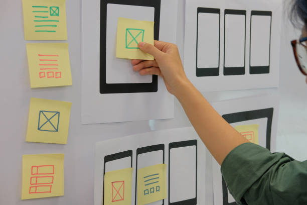 benutzerfreundlichkeit ux designer entwerfen web auf handy-tablet-layout. ui, mobile bauantrag. entwickler arbeiten mit business-prototyp - target raumgestaltung stock-fotos und bilder