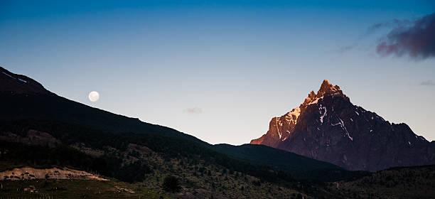 Ushuaia argentina moon con monte olivia a las montañas - foto de stock