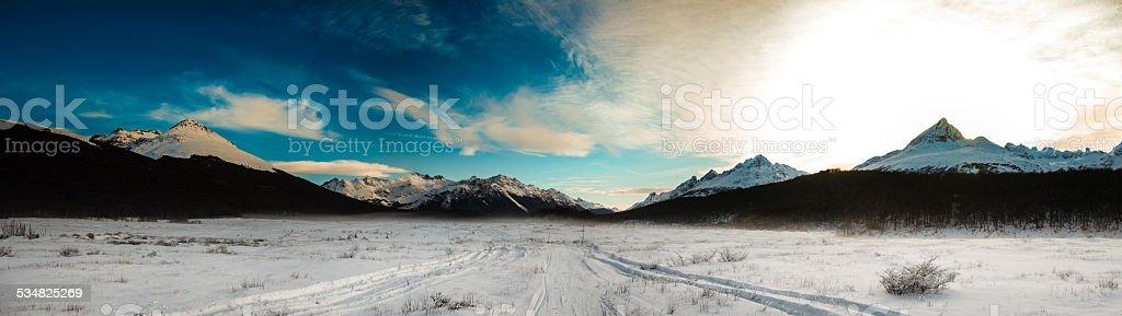ushuaia con las montañas patagonia, argentina valley - foto de stock