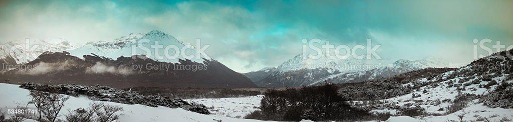 Ushuaia valley con nieve y montañas - foto de stock