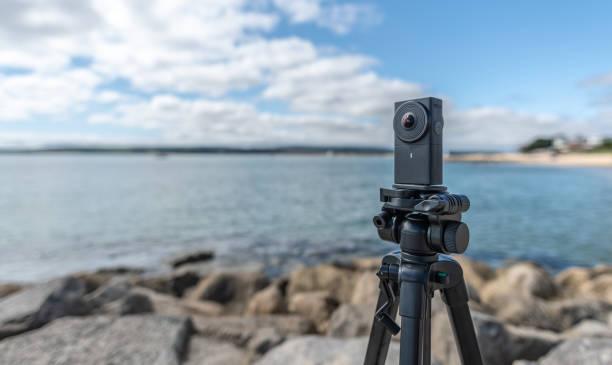 usa una cámara de 360 grados vr en la playa - 360 fotografías e imágenes de stock