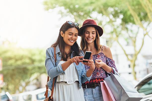 using a great app to find great deals - online shopping imagens e fotografias de stock