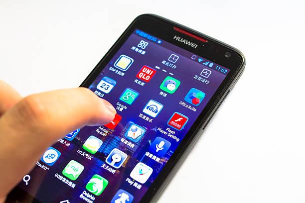 huawei utilizzando un smartphone android - huawei foto e immagini stock