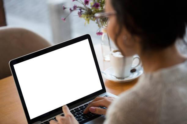 usando laptop de tela branca em branco - laptop - fotografias e filmes do acervo