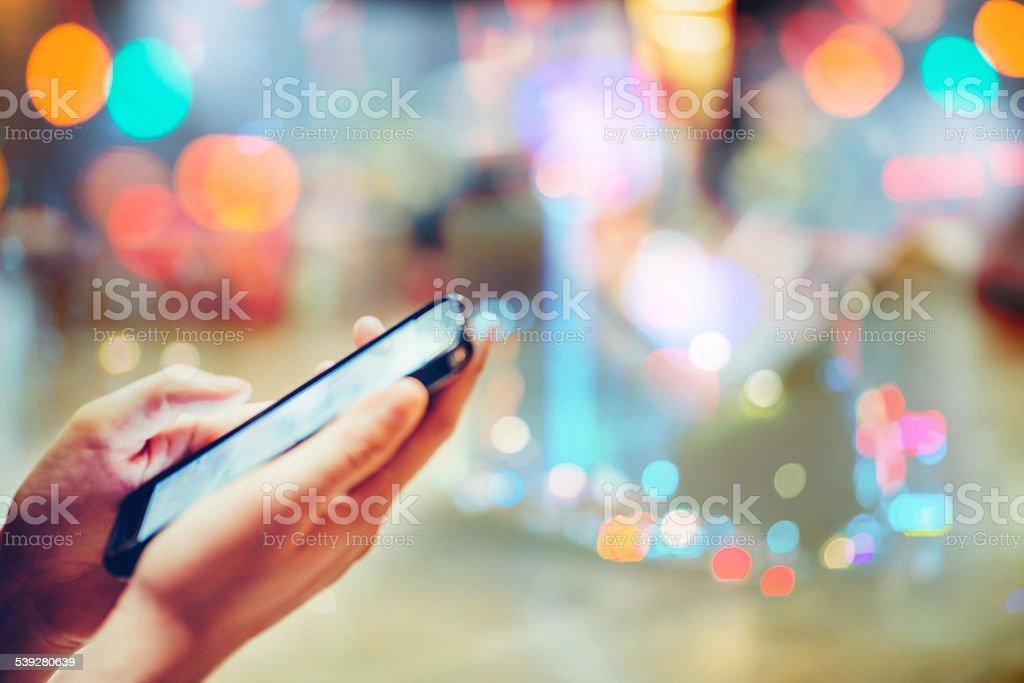 Utilizando teléfono celular - foto de stock