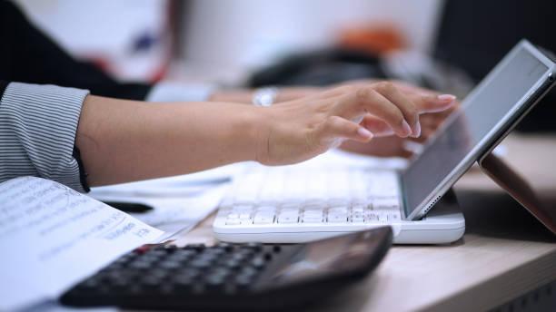 Usando tableta Digital - foto de stock