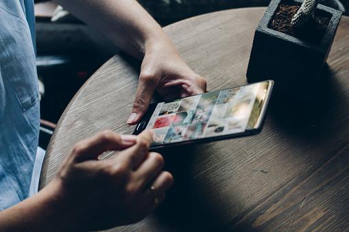 Using Instagram Application - Fotografie stock e altre immagini di Adolescente