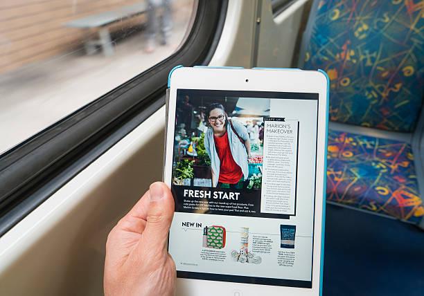 za pomocą ipad na pociągu w czasie takiej - ipad zdjęcia i obrazy z banku zdjęć