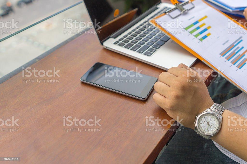 Usando computador portátil e smartphone-nos convenientemente informações foto royalty-free