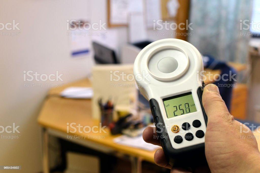 Verwendung von Luxmeter - Lizenzfrei Ausrüstung und Geräte Stock-Foto
