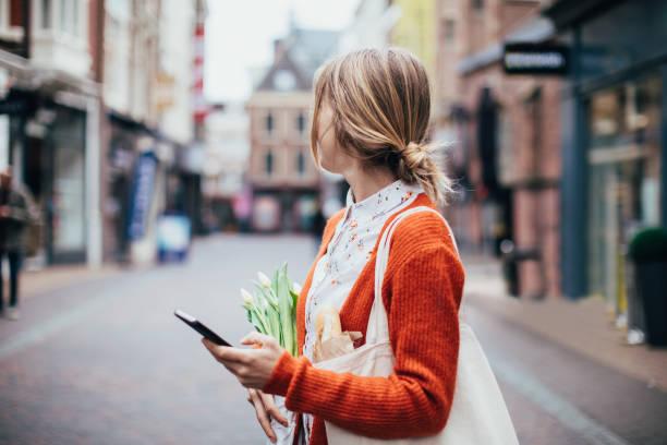 Handy im Freien – Foto