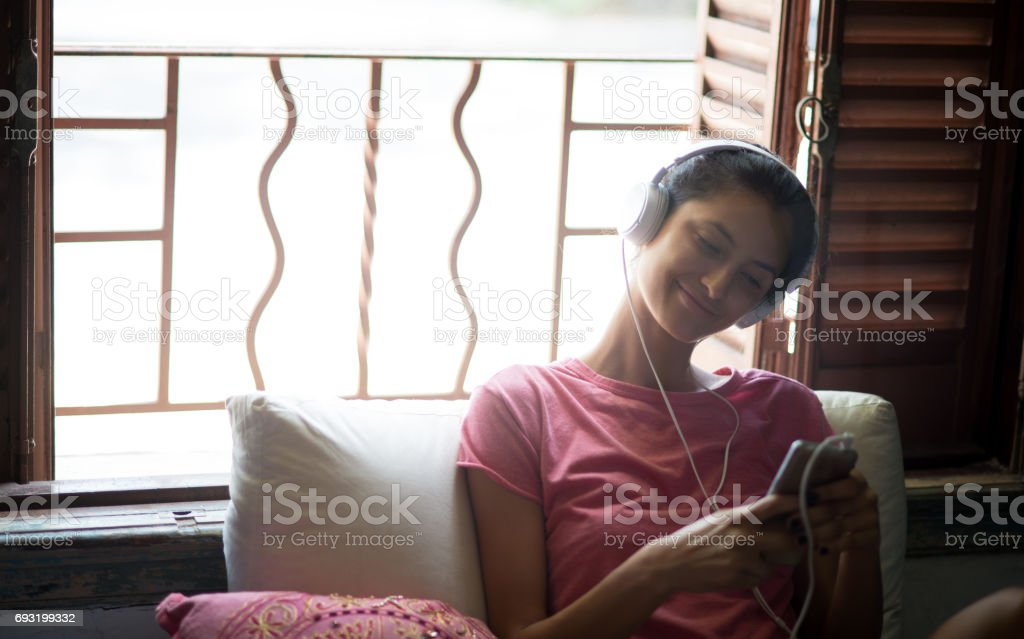 Usando celular. - foto de acervo