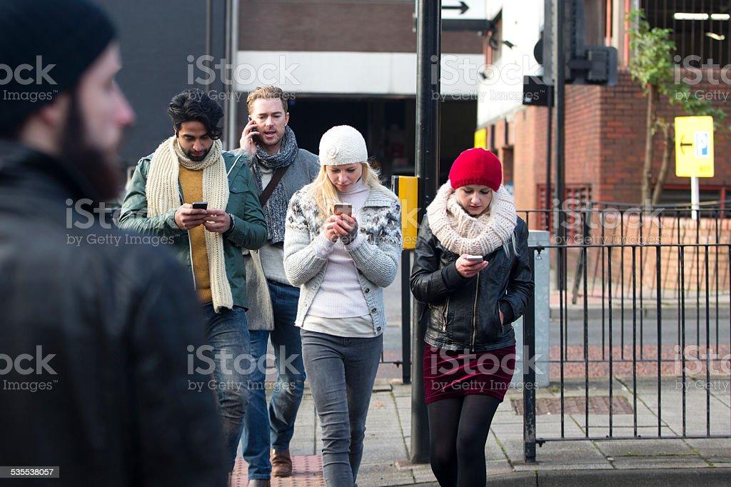 Mit Mobile Telefon, überqueren Sie die Straße – Foto