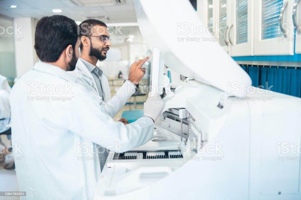 Uso de tecnología moderna en el laboratorio médico. - foto de stock