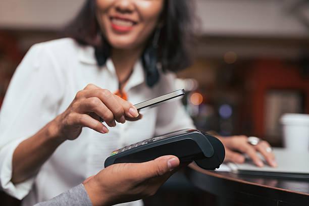 a tecnologia nfc para pagar - paying with card contactless imagens e fotografias de stock