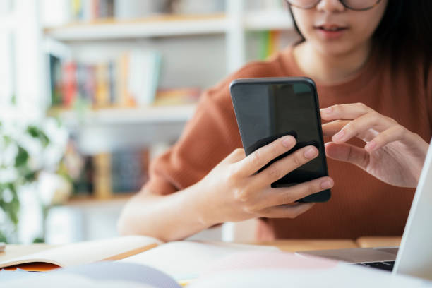 mit online-connect-technologie für wirtschaft, bildung und kommunikation. - www kaffee oder tee stock-fotos und bilder